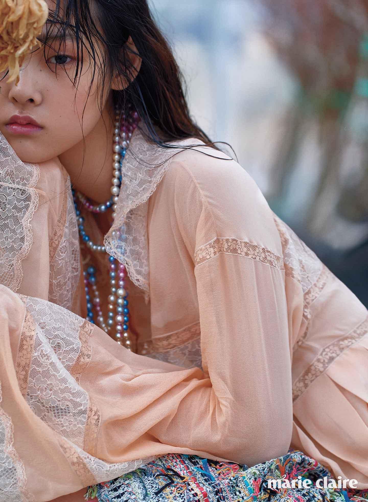 레이스 디테일의 살구색 시폰 블라우스, 컬러 진주 네크리스, 트위드 스커트 모두 샤넬(Chanel)
