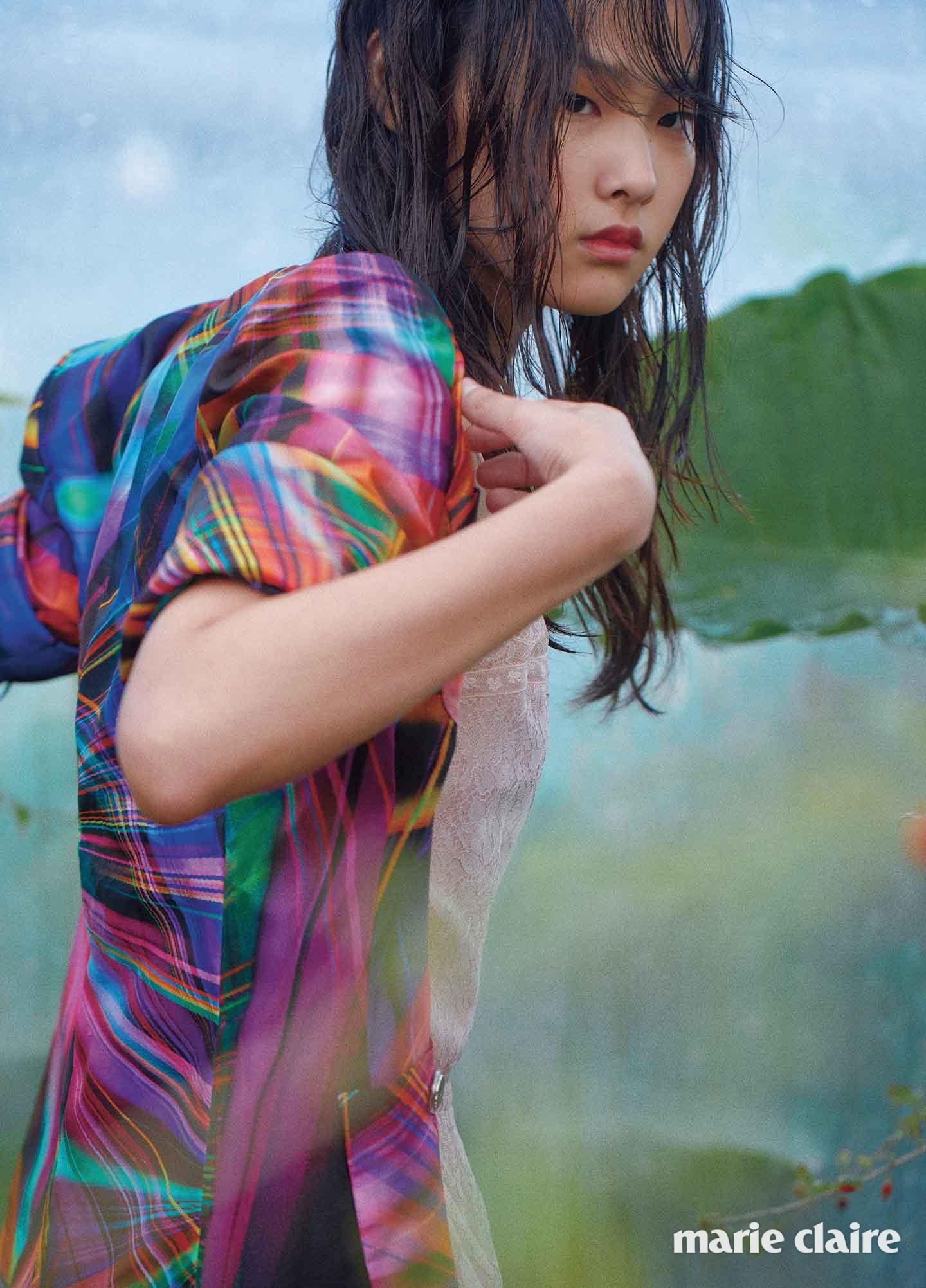 네온 빛을 형상화한 듯한 반소매 재킷과 레이스 드레스 모두 샤넬(Chanel)