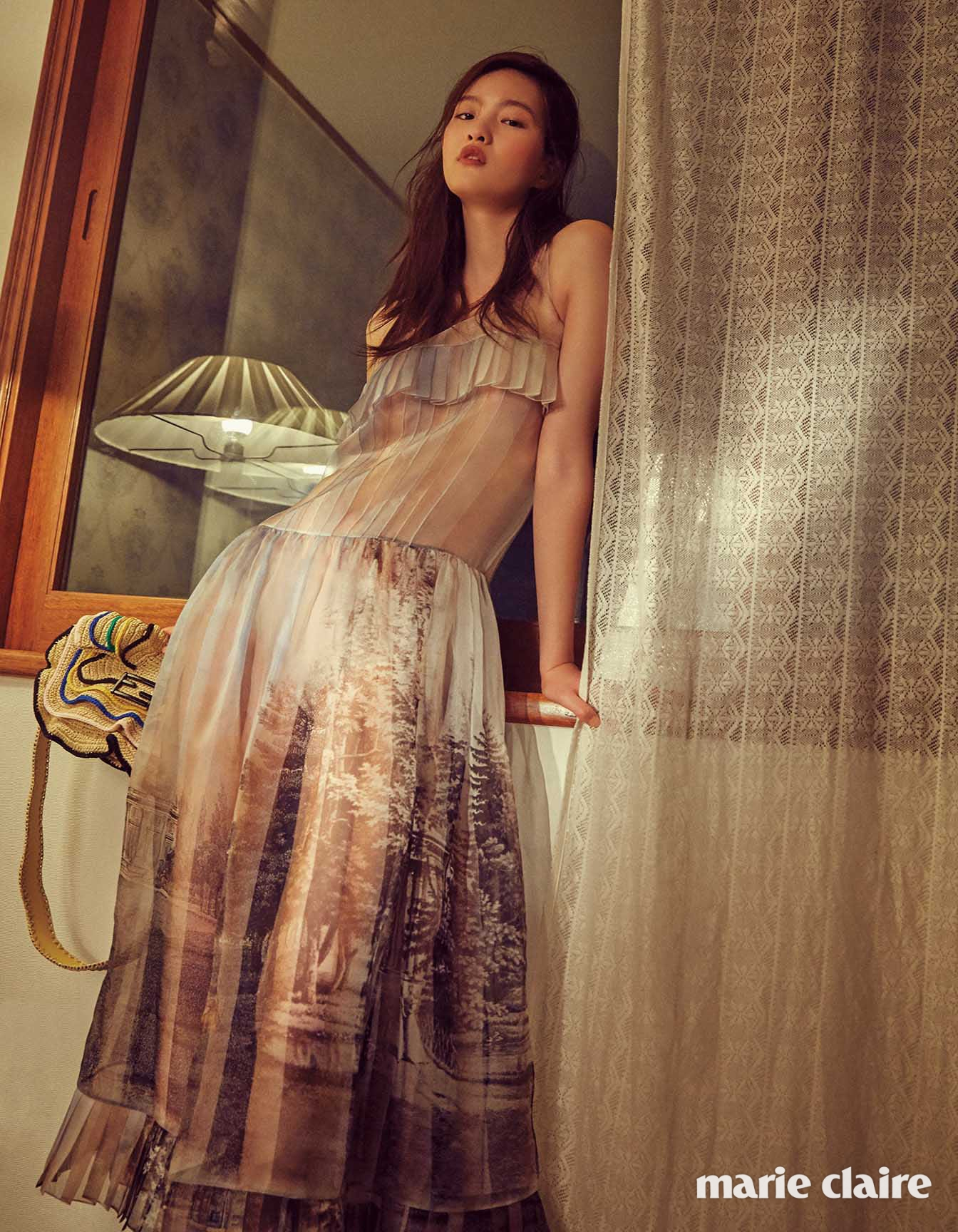 시스루 슬리브리스 드레스 4백5만원, 스트로 바게트 백 3백16만원 모두 펜디(Fendi)