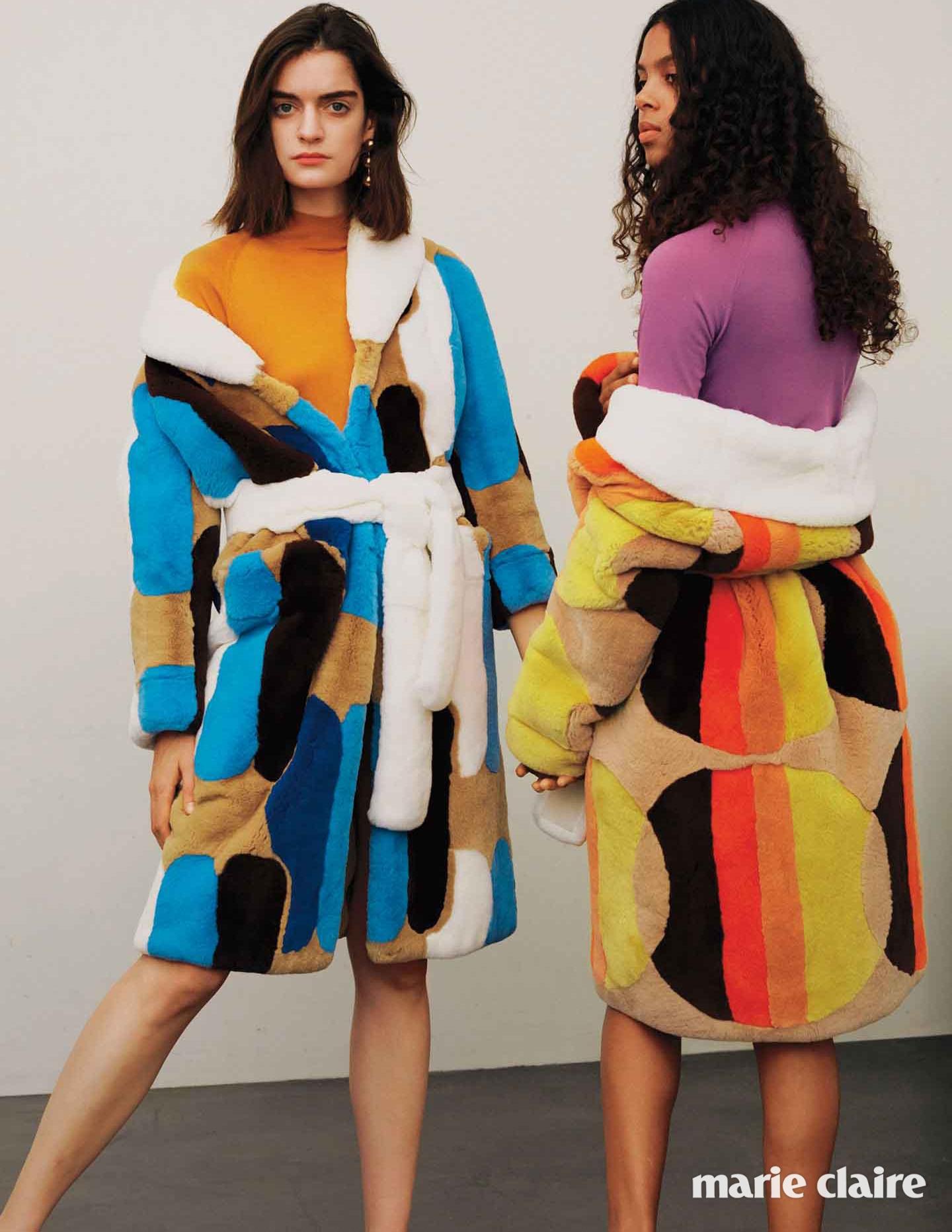 왼쪽 모델이 착용한 토끼털 로브 코트, 울 터틀넥 톱 모두 미우미우(Miu Miu), 드롭 이어링 발렌시아가(Balenciaga), 오른쪽 모델이 입은 토끼털 로브 코트, 울 터틀넥 톱 모두 미우미우(Miu Miu)