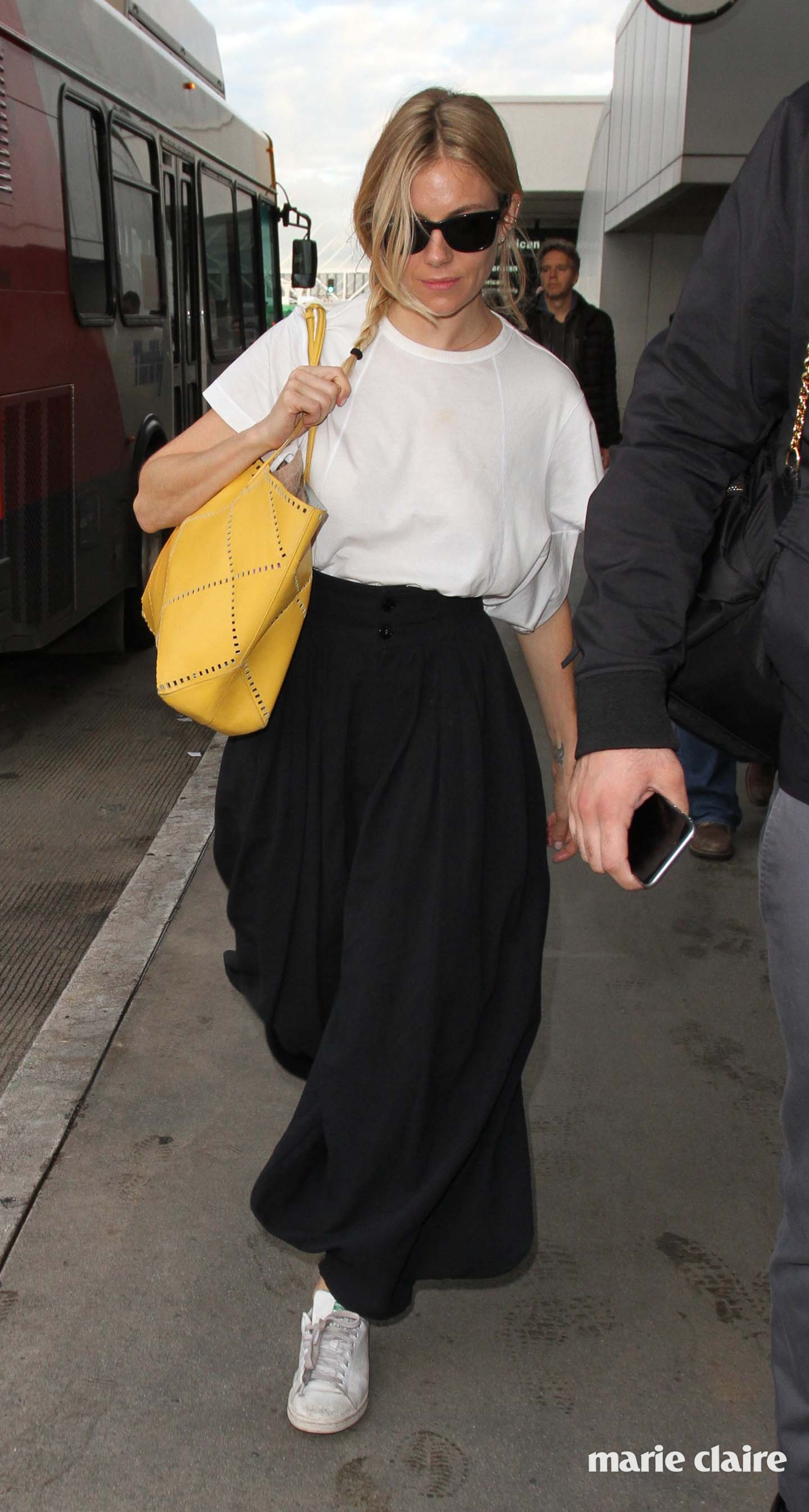 Sienna Miller arrives at the airport Featuring: Sienna Miller Where: Los Angeles, California, United States When: 06 Jan 2017 Credit: WENN.com