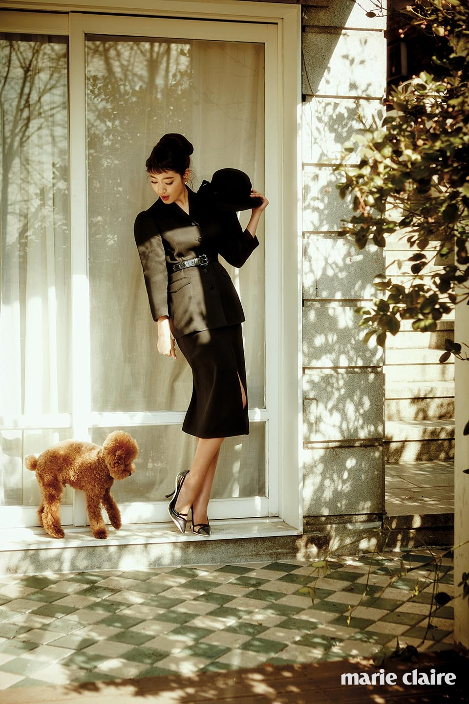 클래식한 재킷 드민(Demin), 슬릿 디테일 H라인 스커트 아이잗 컬렉션(The Izzat Collection),스틸레토 힐 디올(Dior), 진주 귀고리와 모자, 블랙 벨트 스타일리스트 소장품.