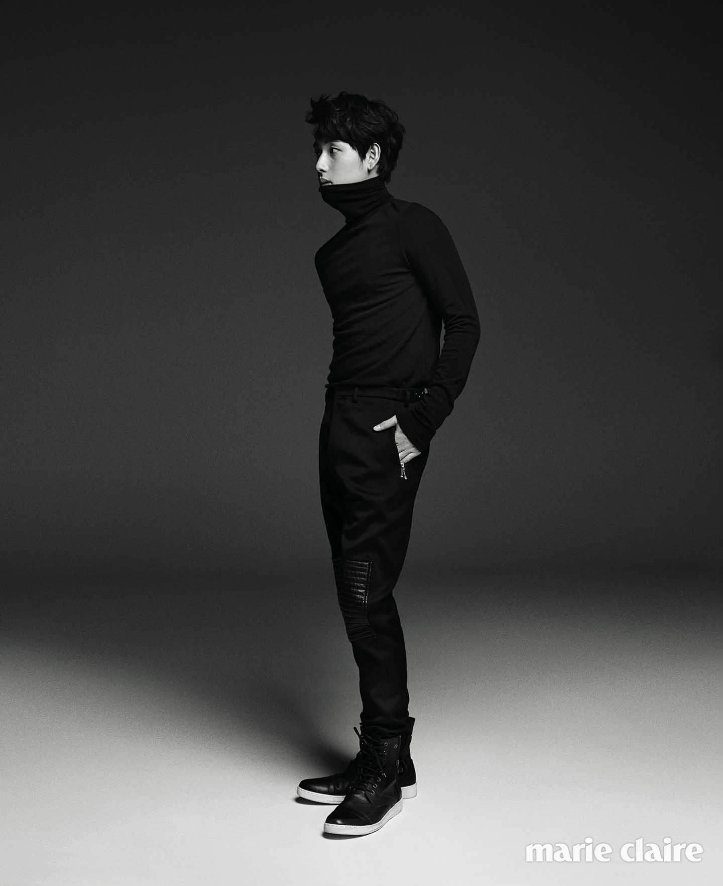 블랙 레더 패치 팬츠 씨와이 초이 바이 커드(Cy Choi by Kud), 블랙 터틀넥 풀오버, 슈즈 모두 스타일리스트 소장품.