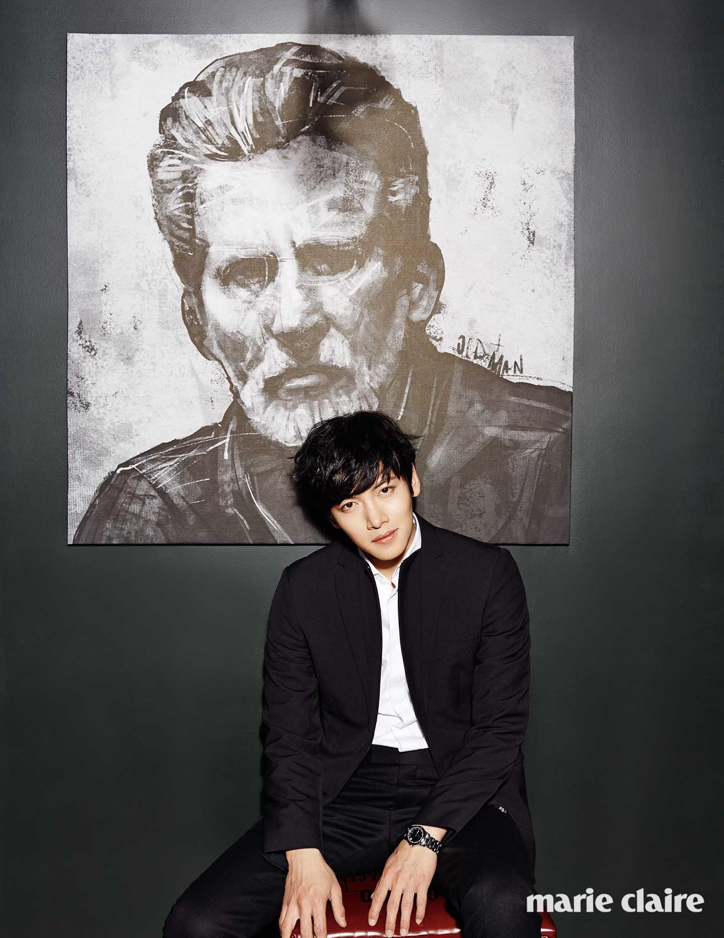 블랙 재킷과 팬츠, 화이트 셔츠 모두 디올 옴므(Dior Homme), 실버메탈 시계 펜디 워치(Fendi Watch).