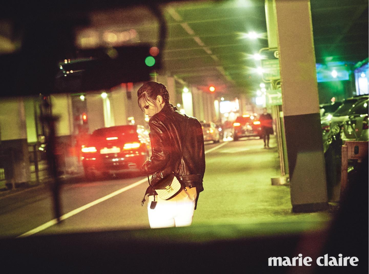 블랙 레더 우먼 라이더 재킷 1백95만원, 체크 패턴 페트리샤 룸비 숄더백 미니 사이즈 76만5천원 모두 엠씨엠(MCM).