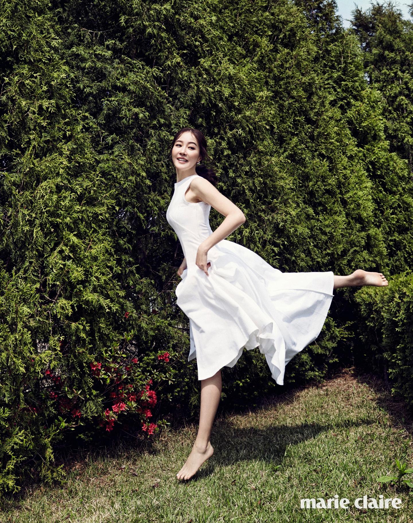 화이트 코튼 드레스 디올(Dior), 크리스털이 귓불을 감싸는 이어링 수엘(Suel).