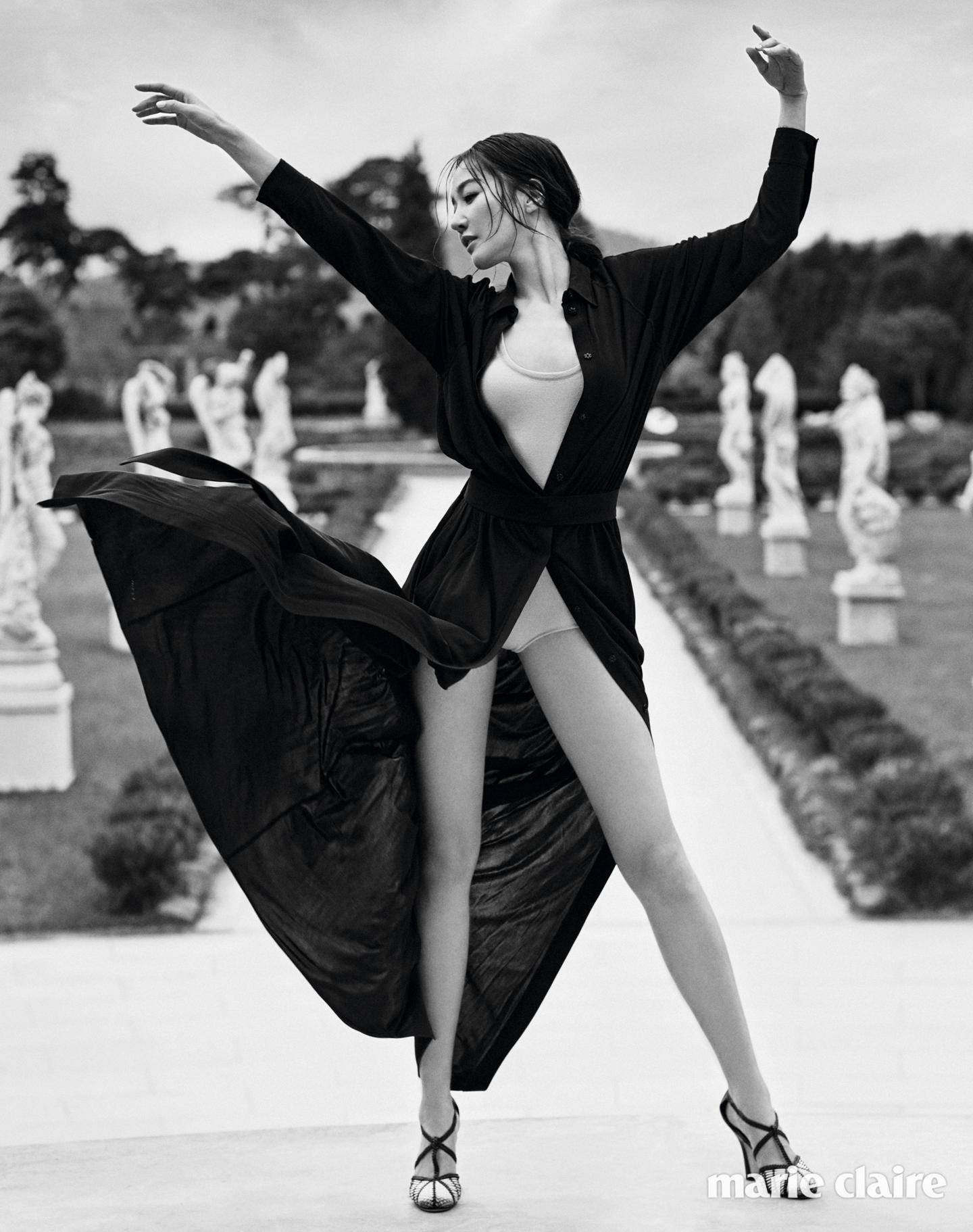 레오타드를 연상시키는 니트 보디수트, 셔츠 스타일의 블랙 롱 드레스, 위빙 디테일을 가미한 스트랩 슈즈 모두 보테가 베네타(Bottega Veneta).
