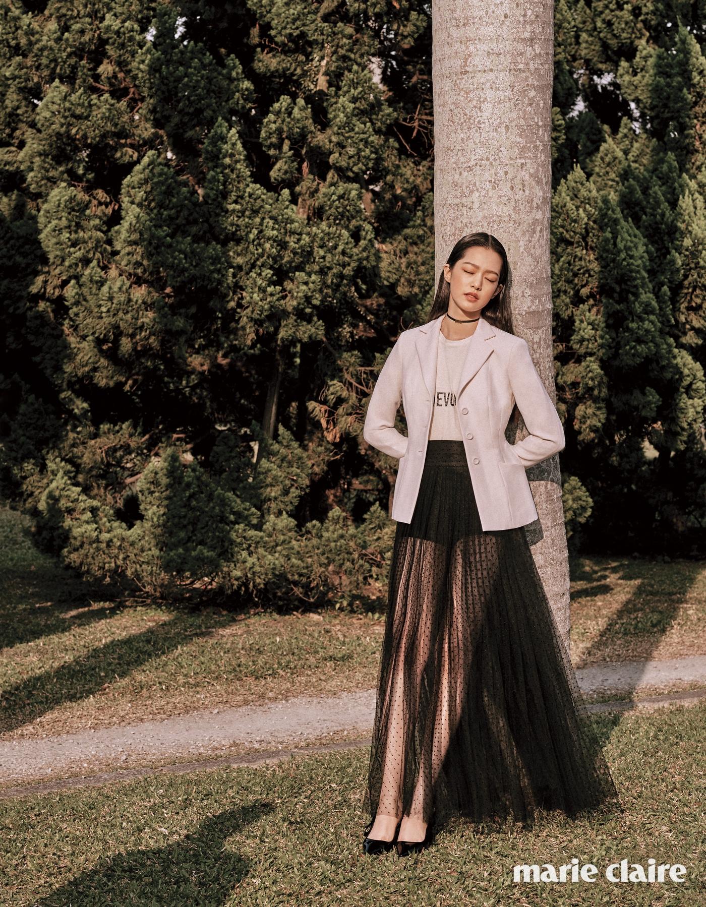 아워글라스 실루엣의 화이트 바 재킷, 레터링 프린트티셔츠, 블랙 도트 샤 스커트, 블랙 브리프, 로고 펜던트 초커, 블랙 에나멜 키튼힐 슈즈 모두디올(Dior).