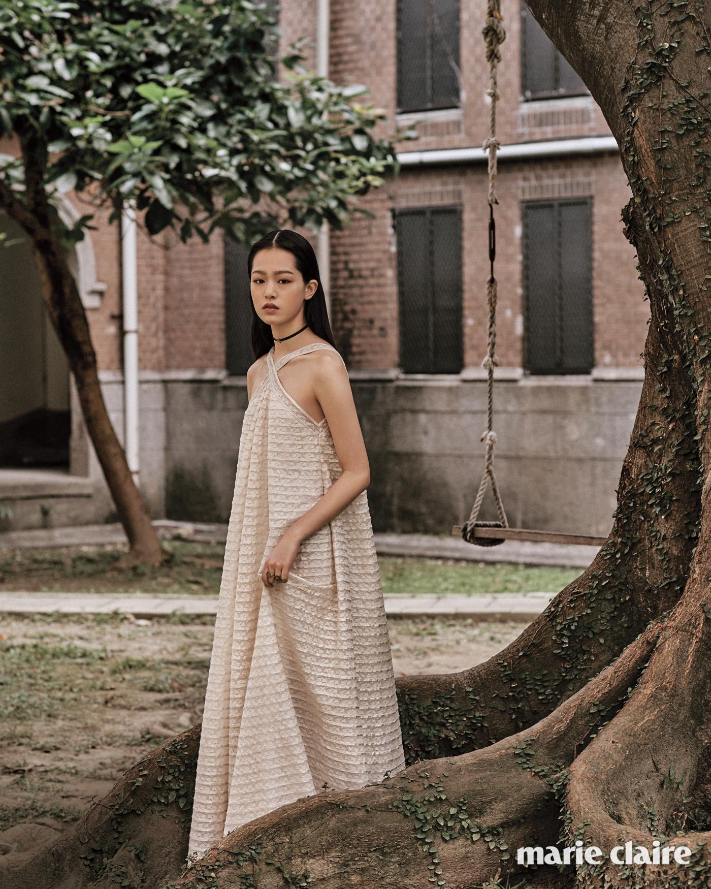 크림색 홀터넥 드레스, 별 펜던트 초커, 여러 개 함께 낀 별자리 모티프 반지 모두 디올(Dior).