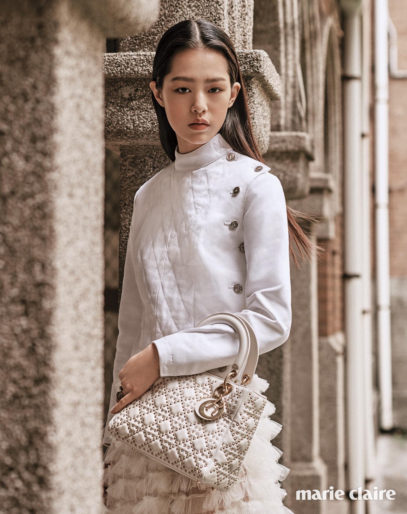 화이트 코튼 재킷과 튈 스커트, 스터드 장식 레이디 디올 백 모두 디올(Dior).
