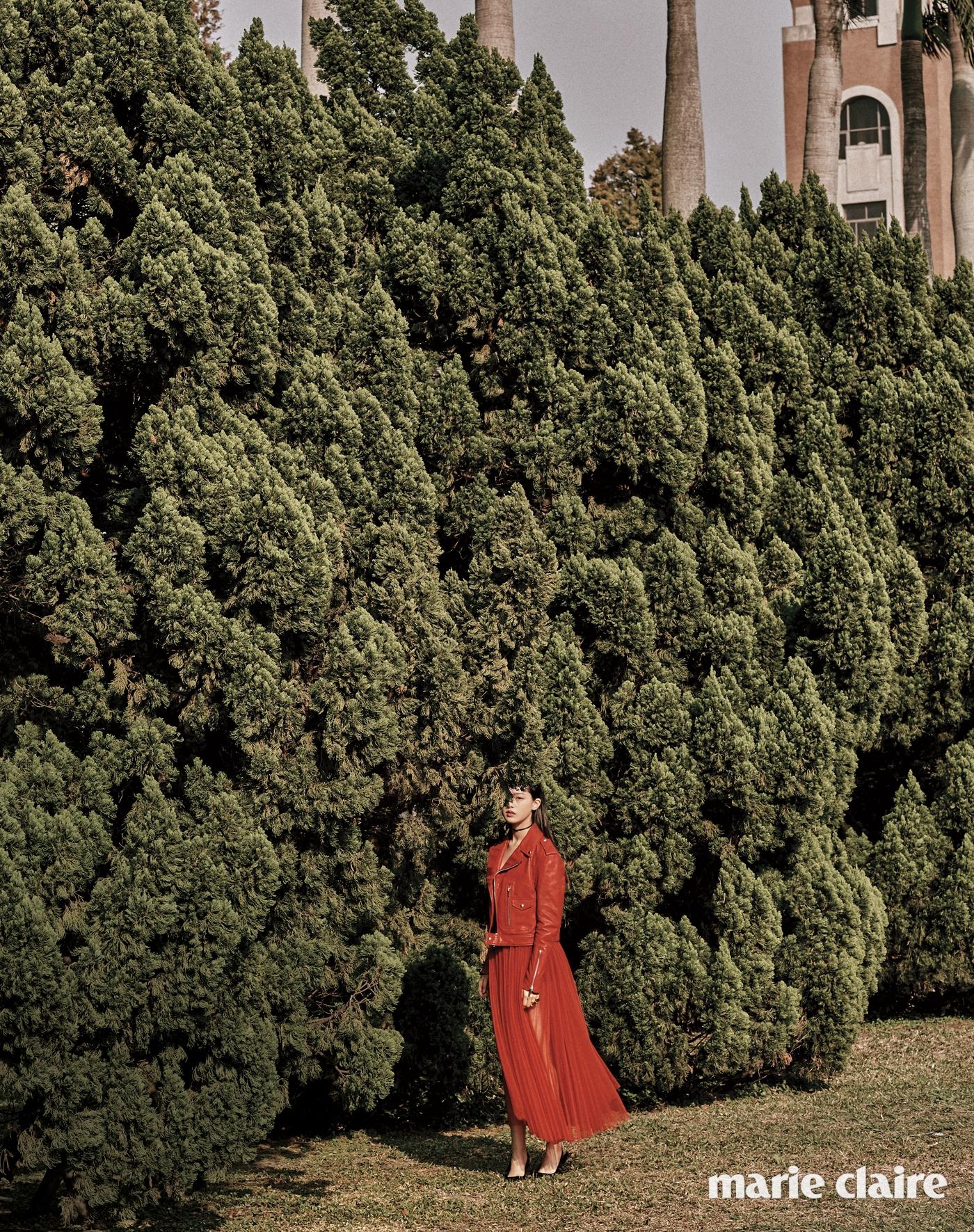 붉은색 라이더 재킷과 튈 스커트, 로고 펜던트 초커,블랙 에나멜 키튼 힐 슈즈모두 디올(Dior).