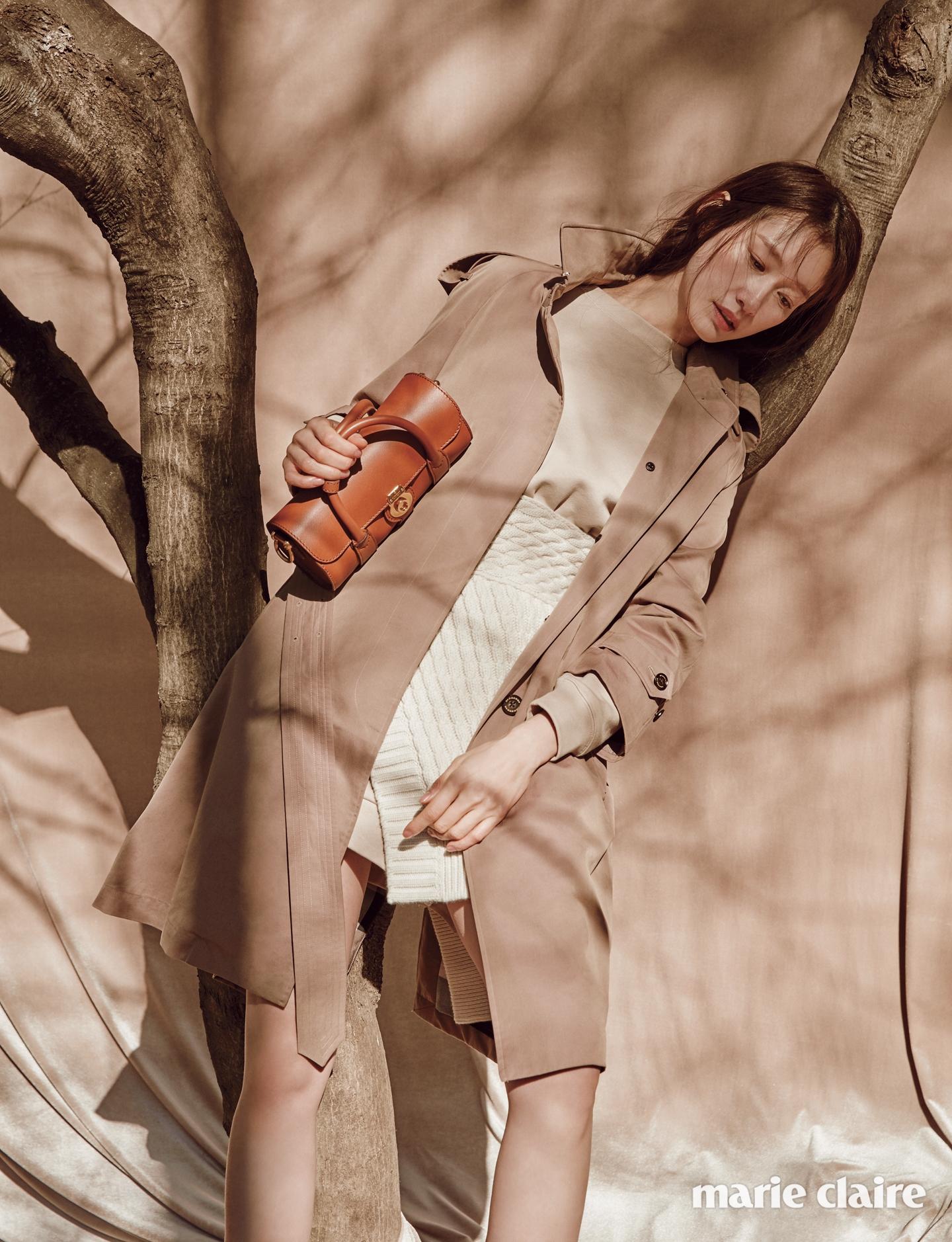 싱글 브레스트 디자인의 트로피컬 개버딘 트렌치코트,캐시미어 니트 패널을 스커트처럼 덧댄 스웨트 드레스,캐멀 컬러 미니 사이즈 배럴 백 모두 버버리(Burberry).