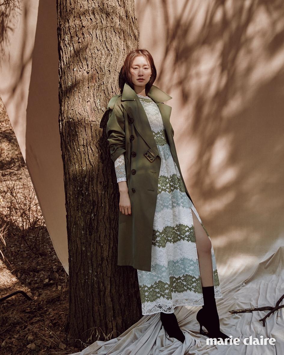 올리브그린 컬러의 트로피컬 개버딘 트렌치코트, 섬세한 레이스 드레스, 구조적인 힐이 포인트인 블랙 앵클부츠 모두 버버리(Burberry).