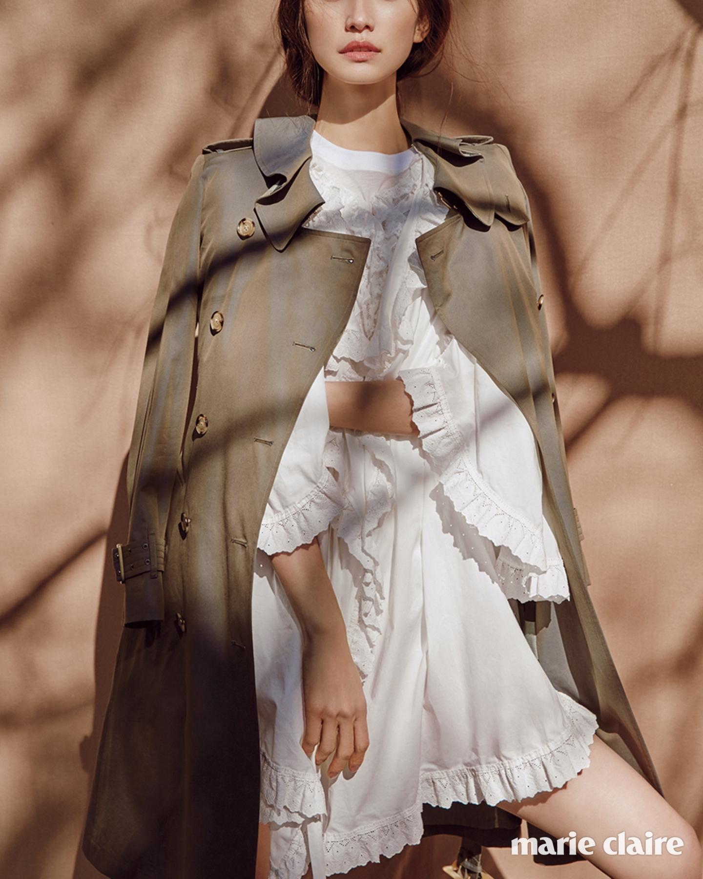 러플 칼라가 여성스러운 트로피컬 개버딘 트렌치코트, 코튼 러플 톱과 미니드레스모두 버버리(Burberry).
