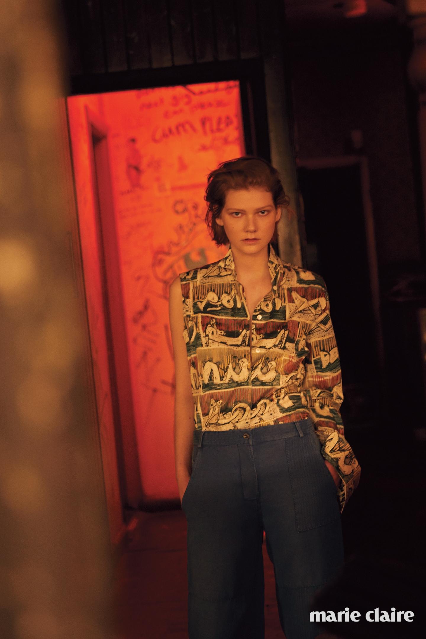 데님 팬츠와 비대칭 소매가 특징인 프린트 셔츠 모두 버버리(Burberry).