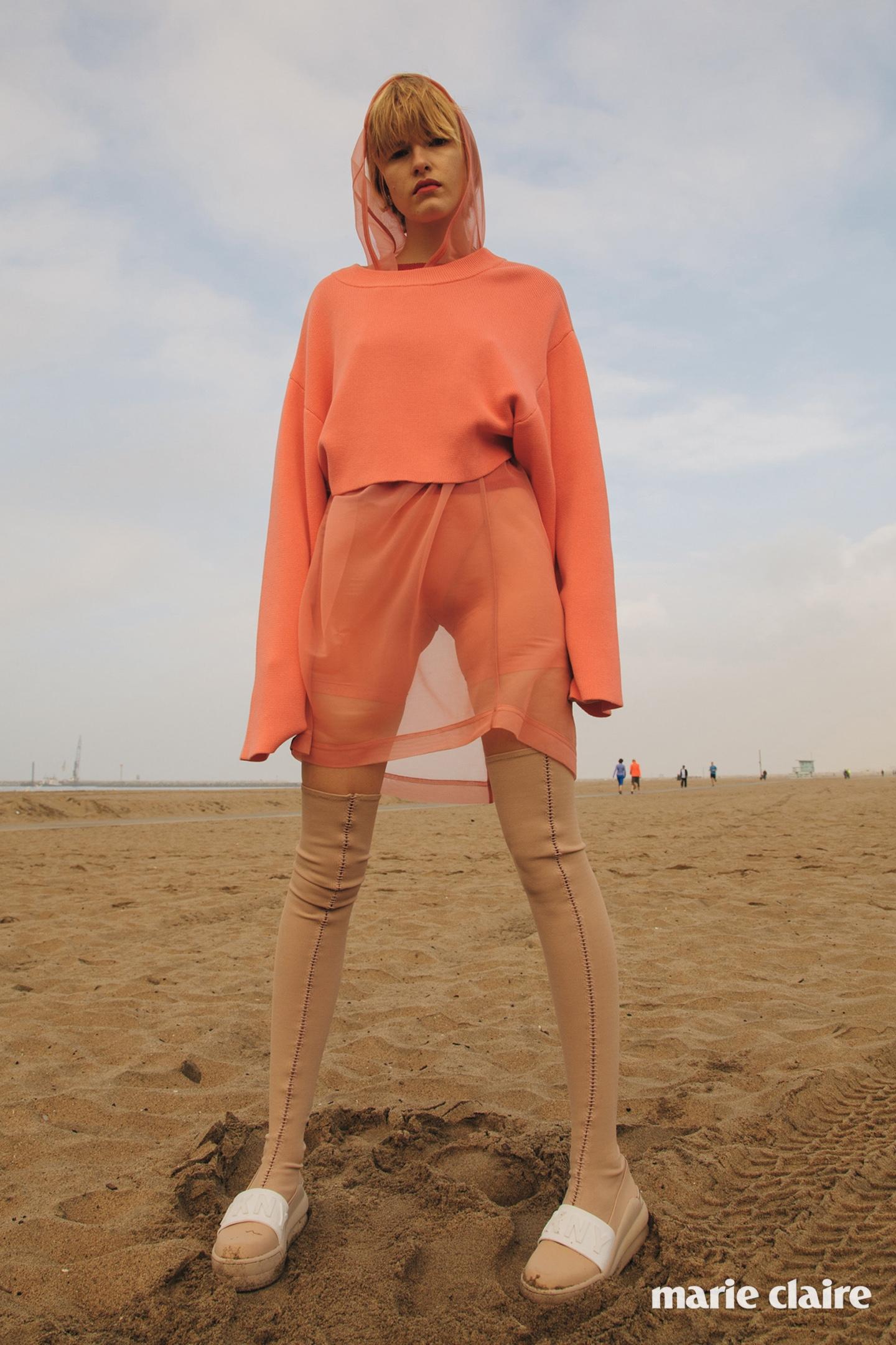 코튼 스웨터, 비스코스 후드 톱, 시스루 코튼 쇼츠, 폴리에스테르 부츠 모두 디케이엔와이(DKNY).