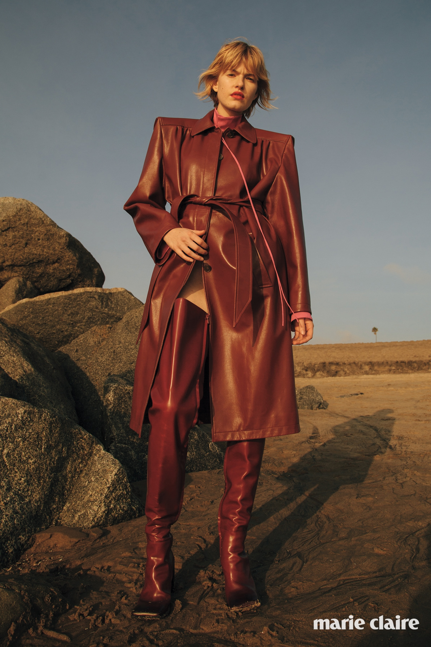 가죽 코트와 실크 셔츠, 가죽 사이하이 부츠 모두 발렌시아가(Balenciaga).
