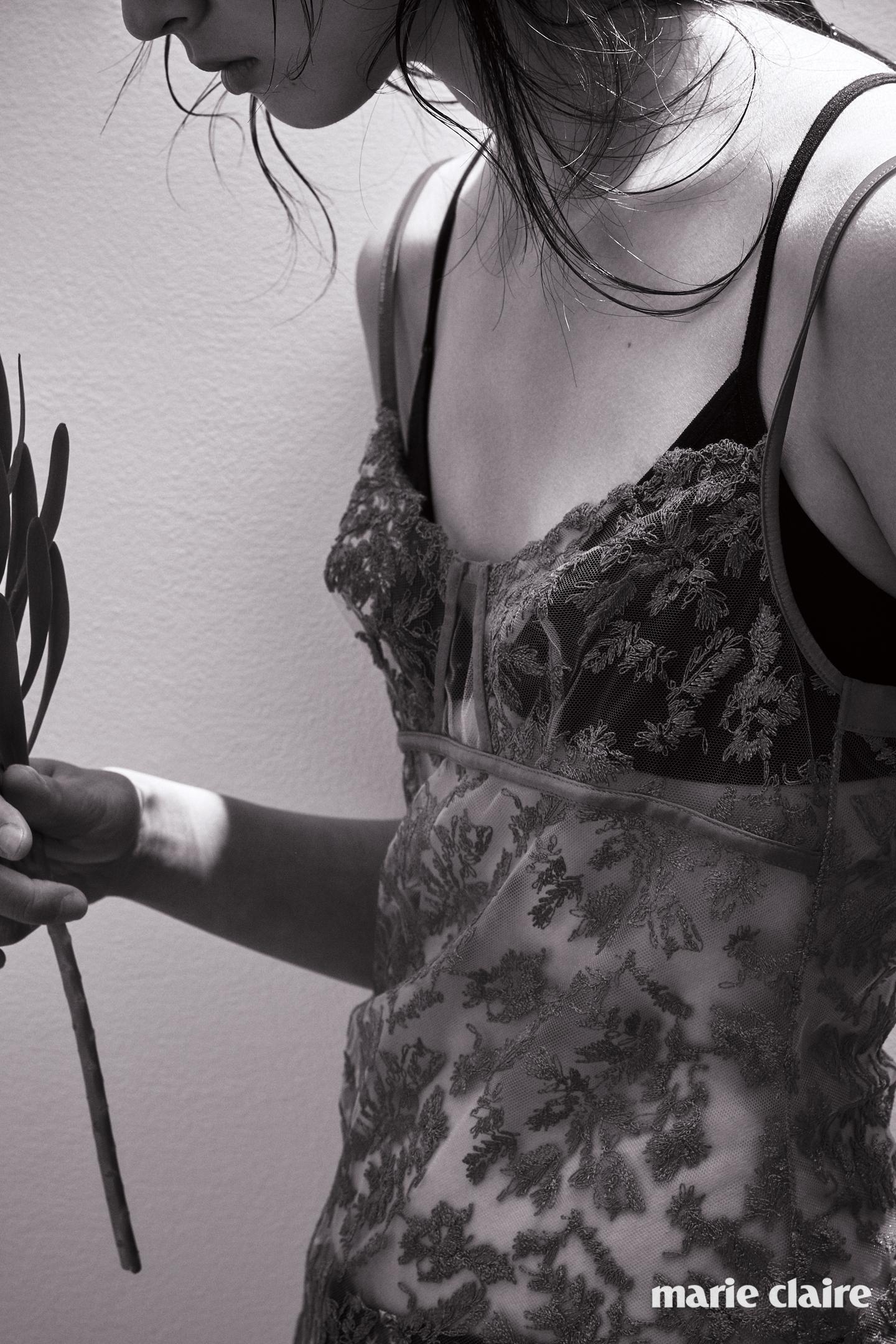 자수 디테일의 시스루 슬립 드레스 1백20만원대 라펠라(La Ferla).