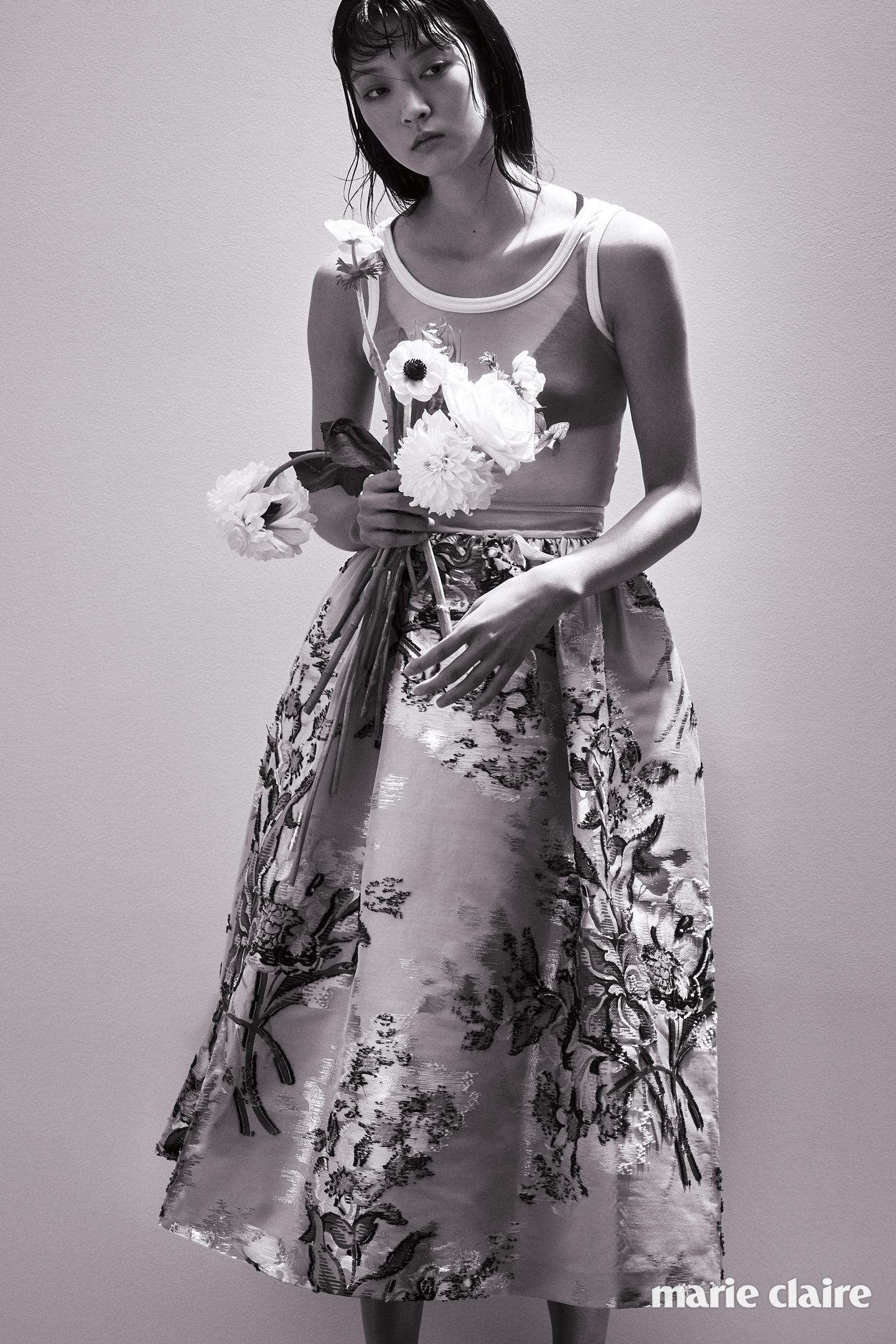 시스루 슬리브리스 톱 가격 미정 지방시(Givenchy), 풍성한 벌룬 스커트 펜디(Fendi),블랙 브래지어는 에디터 소장품.