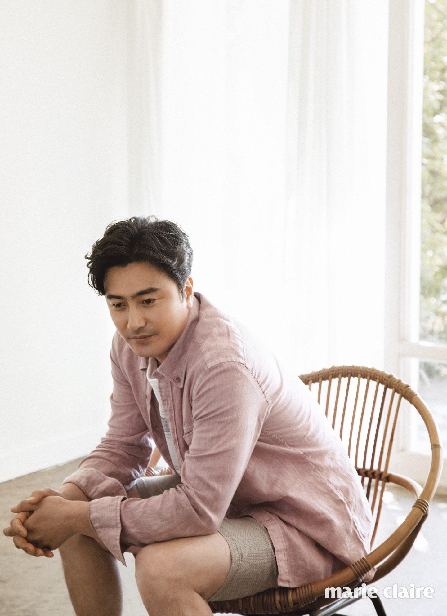 빈티지한 색감이 돋보이는 핑크 컬러 리넨 셔츠 15만9천원, 화이트 티셔츠 9만5천원, 베이지 크롭트 팬츠 12만원 모두 헨리 코튼