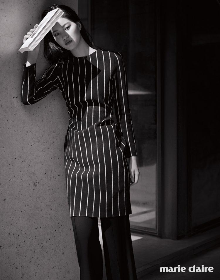 허리 라인에 셔링이 잡힌 블랙 & 화이트 스트라이프 드레스, 블랙 와이드 팬츠 모두 랑방컬렉션(Lanvin Collection).