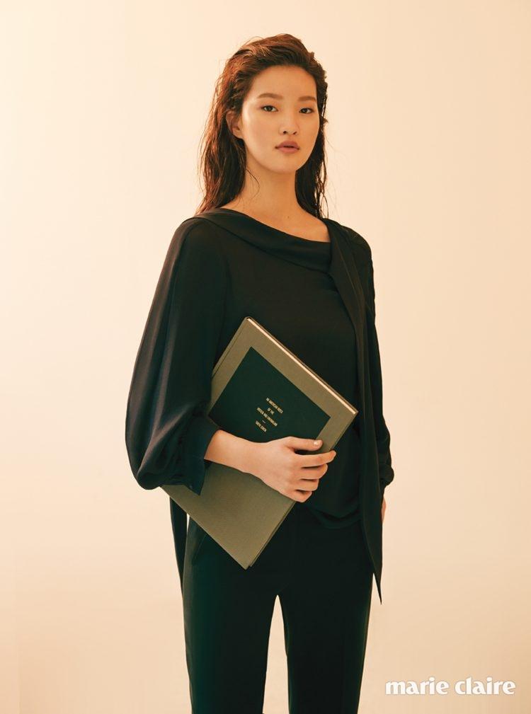 네크라인의 끈 장식으로 다양하게 연출할 수 있는 블랙 톱, 블랙 팬츠 모두 랑방컬렉션(Lanvin Collection).