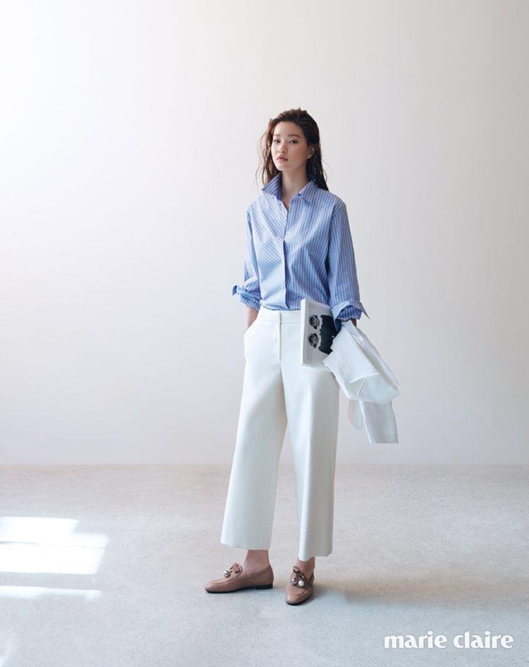 사선과 세로 스트라이프의 조화가 돋보이는 블루 셔츠, 크림색 와이드 팬츠, 화이트 재킷, 진주 장식 캐멀 컬러 로퍼 모두 랑방컬렉션(Lanvin Collection).