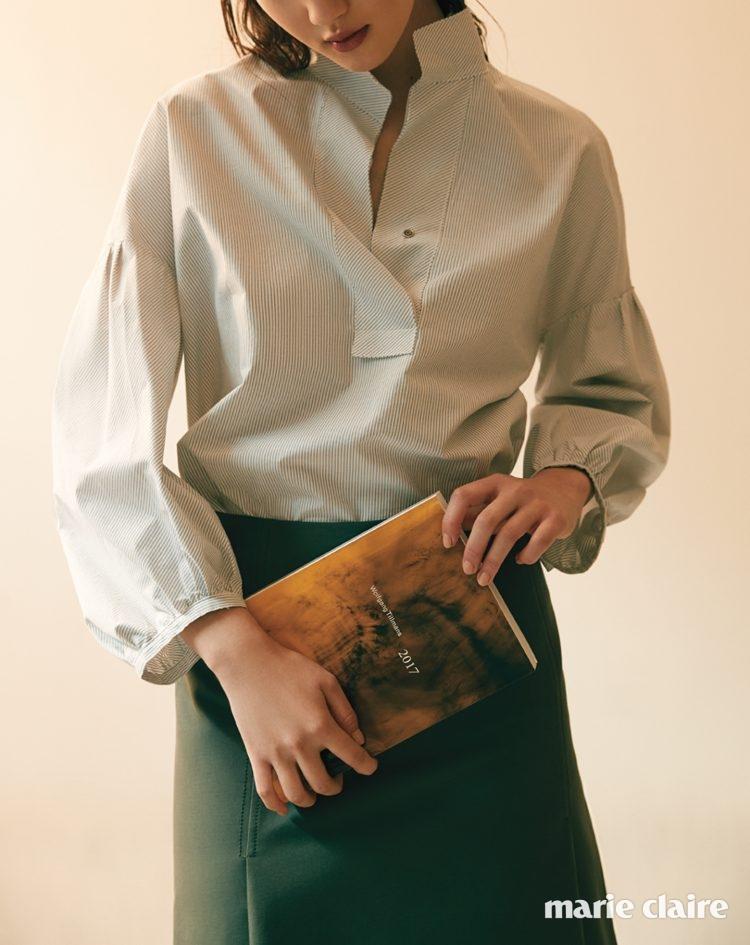 벌룬 슬리브가 여성스러운 핀스트라이프 톱, 플리츠 스커트 모두 랑방컬렉션(Lanvin Collection).