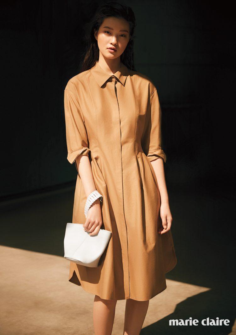 캐멀 컬러 셔츠 드레스 랑방컬렉션(Lanvin Collection), 크로스 백으로도 멜 수 있는 펀칭 장식 스트랩 포인트 보야쥬 미니 토트백 랑방컬렉션 액세서리 (Lanvin Collection Accessory).