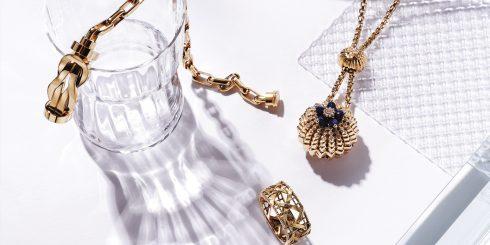 18K 옐로 골드와 작은 다이아몬드를 장식한 칵투스 드 까르띠에 네크리스 가격 미정 까르띠에(Cartier), 아이코닉한 잠금장치가 돋보이는 체인 형태의 브레이슬릿 가격 미정 프레드(Fred), 입체감 있는 위빙 디테일이 특징인 마이디올 링 가격 미정 디올 파인 주얼리(Dior Fine Jewelry), 납작한 유리 조형물 가격 미정 모와니(Mowani), 미니 사이즈 유리컵 3만5천원 띵스 위 러브(Things We Love).