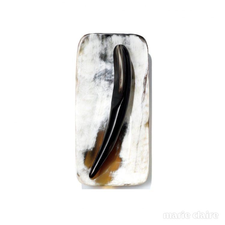물소 뿔 컬렉션 고급스러운 물소 뿔 소재가 욕실의 품격을 높이는 작은 소품들. 사각 10만원대, 마사지 혼 10만원대, 비누받침 5만원대, 빗 6만원대.