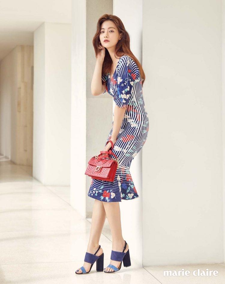 머메이드 라인의 플로럴 패턴 러플 드레스 가격 미정, 레이저 커팅 디테일의 에일린 백 2백만원대, 청량한 컬러 블록 스웨이드 샌들 가격 미정 모두 살바토레 페라가모(Salvatore Ferragamo).