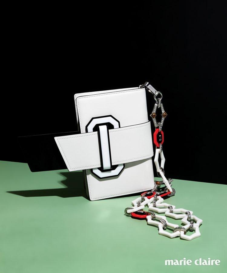 간결한 실루엣의 화이트 플렉스 리본 백, 원하는 가방에 끼워서 사용할 수 있는 주얼 장식 체인 스트랩 모두 프라다(Prada).