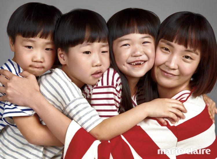 김신애가 입은 레드 스트라이프 티셔츠 23만7천원 푸시버튼(pushBUTTON), 아이들이 입은 스트라이프 티셔츠 각각 4만4천원 모두 노앙(Nohant).
