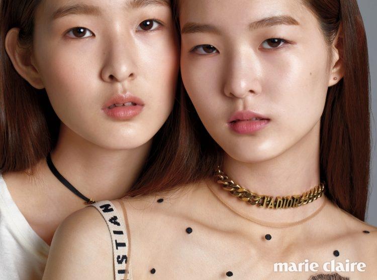 두 모델이 입은 드레스와 초커 모두 가격 미정 디올(Dior).