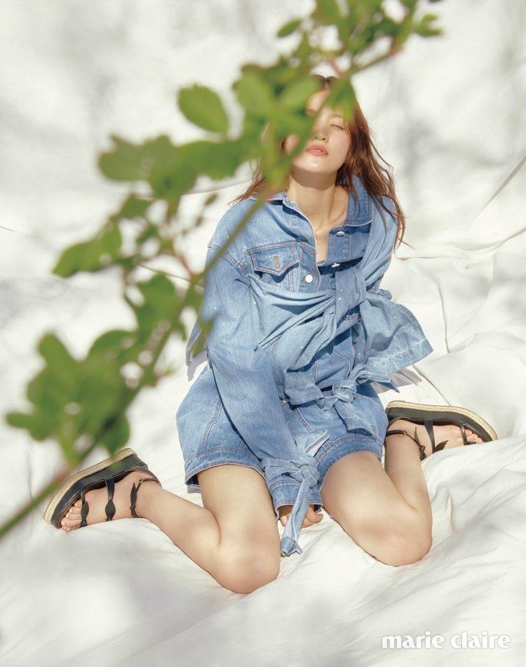 매듭 디테일의 데님 재킷 78만원 키옥(Kiok), 스트랩 웨지 힐 슈즈 가격 미정 클로에(Chloe).