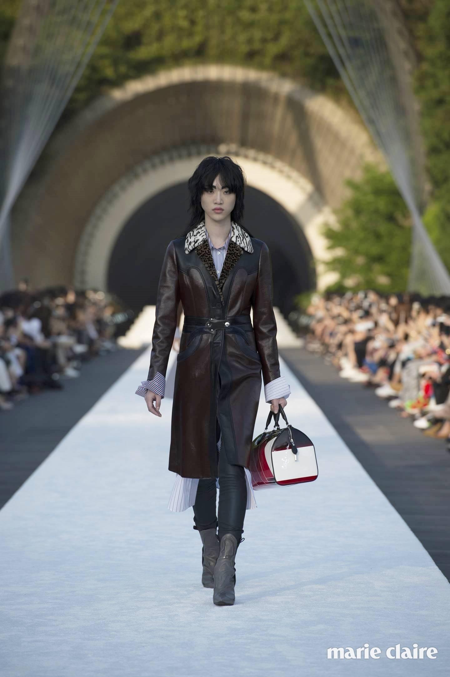 2018 루이 비통 크루즈 컬렉션 런웨이에 선 모델 최소라.