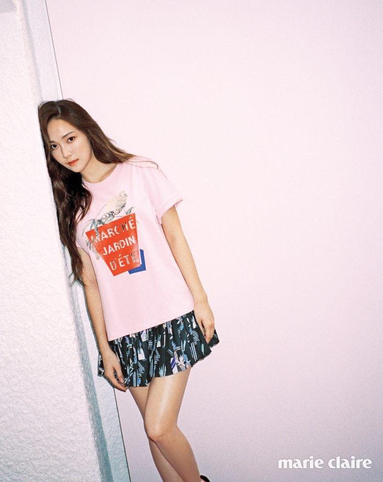 보태니컬 프린트의 핑크색 레터링 티셔츠 9만5천원, 편안한 플리츠 팬츠 29만5천원 모두 에스제이 에스제이(SJSJ).