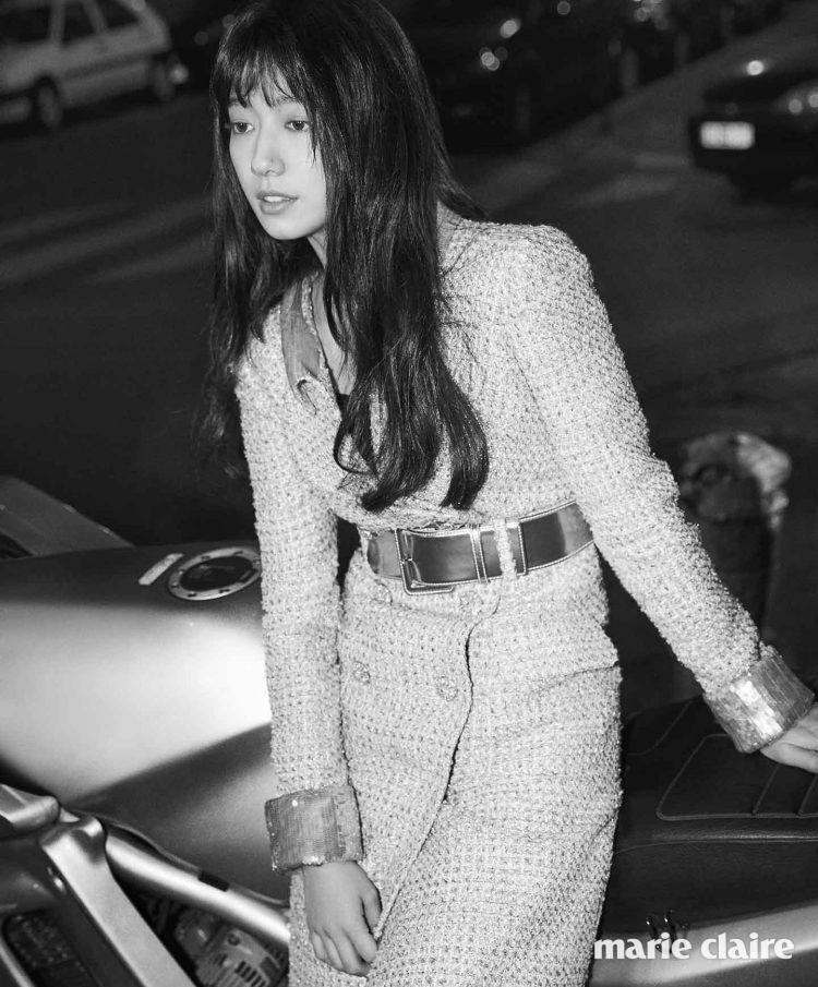 소매와 칼라, 벨트의 새틴 소재가 고급스러움을 더하는 트위드 재킷 샤넬 쿠튀르(Chanel Couture).