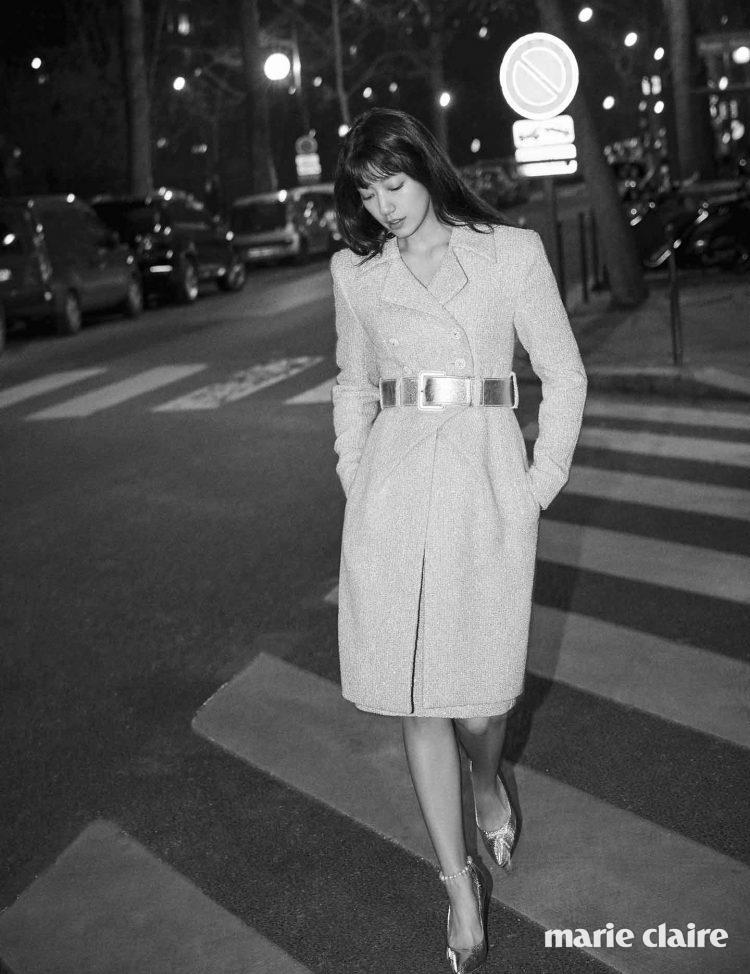 재킷과 원피스로 각각 연출할 수 있는 트위드 재킷과 스커트, 새틴 와이드 벨트, 진주 장식 스트랩 스틸레토 힐 모두 샤넬 쿠튀르(Chanel Couture).