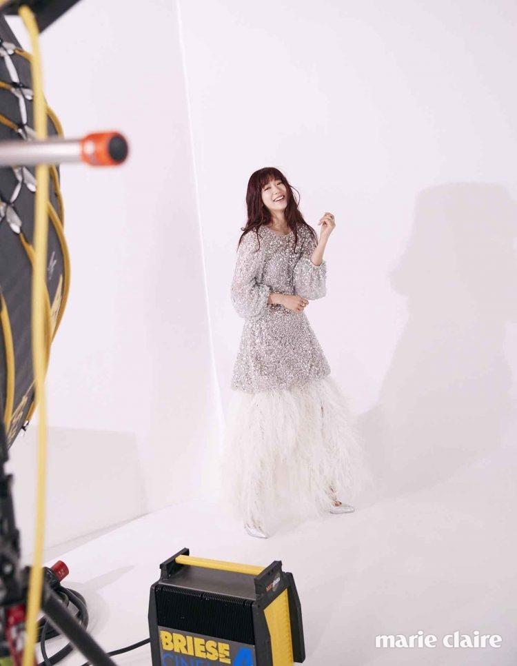 헴라인의 깃털 장식이 드라마틱한 무드를 연출하는 스팽글 드레스 샤넬 쿠튀르(Chanel Couture).