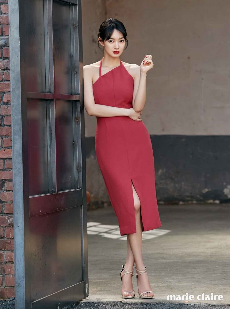 홀터넥 드레스 킵세이크, 슈즈는 스타일리스트 소장품.