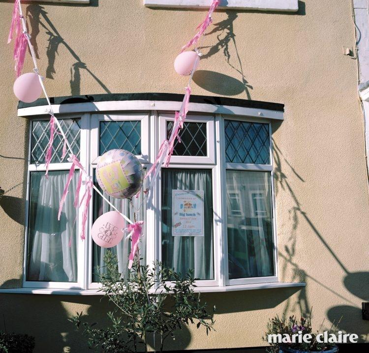 브리스틀의 한 가정이 딸이 태어난 것을 축하하기 위해 집의 외벽에 리본과 풍선을 달아두었다.