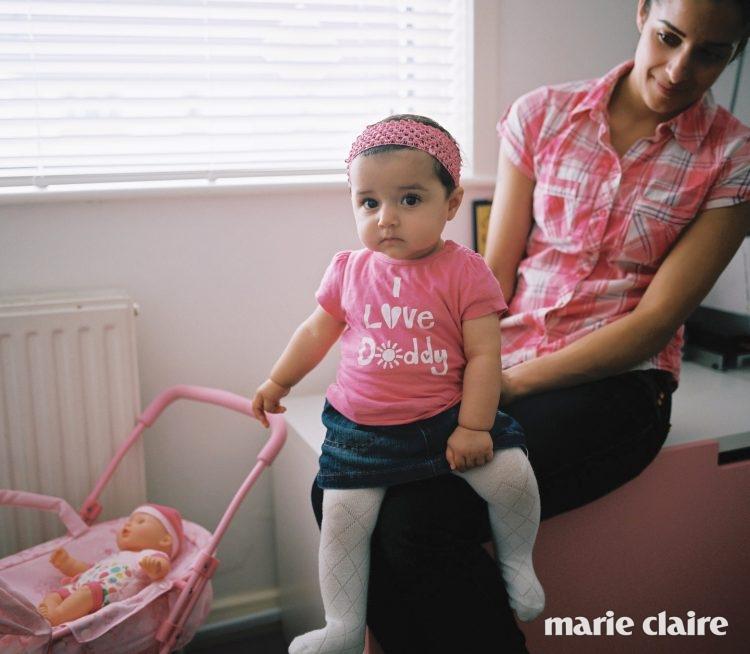브리스틀에 사는 야스민(Yasmine)은 아기 인형을 가지고 놀기 좋아한다.