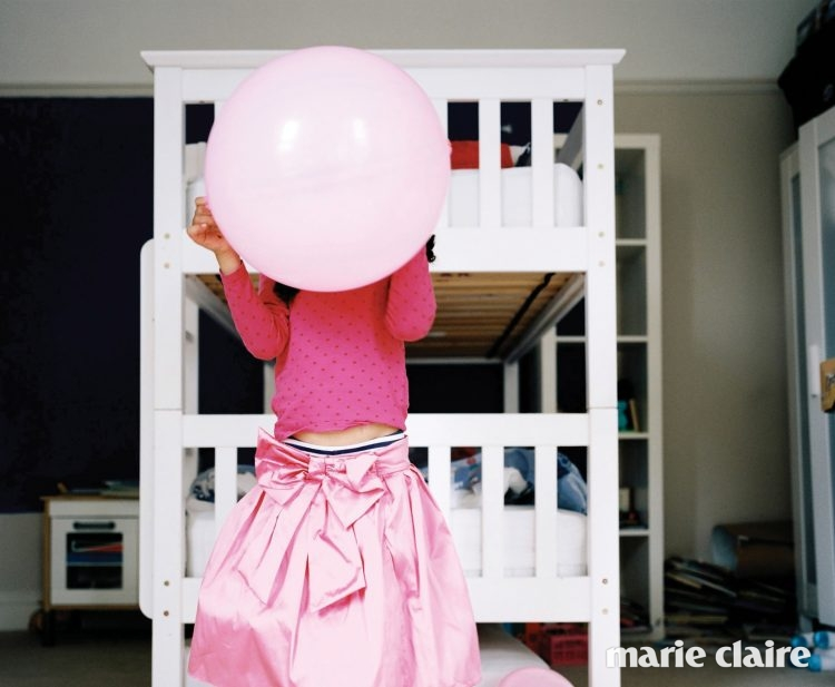 영국 브리스틀(Bristol)에 사는 메이블(Mabel)이 침실에서 놀고 있다.