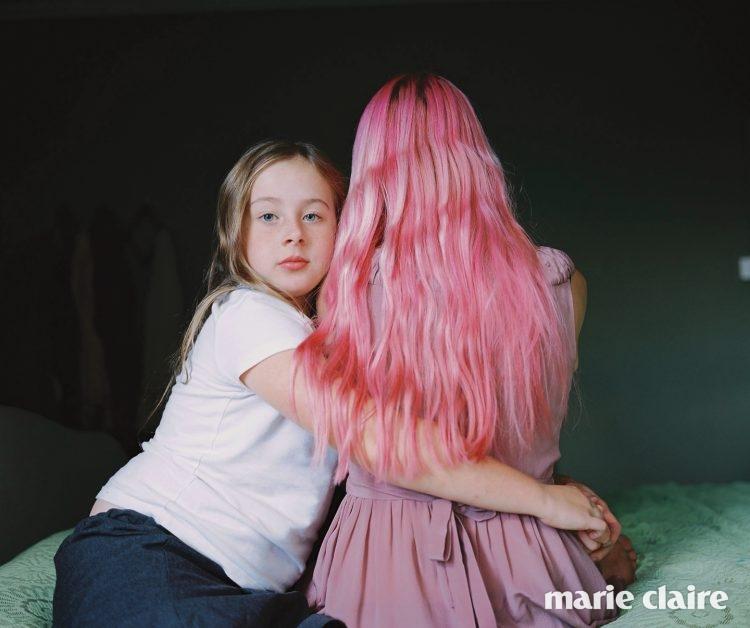 로지(Rosie)는 엄마의 핑크색 머리카락을 좋아한다.