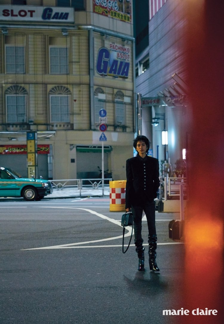 에드워디안 재킷, 블랙 진 팬츠, 루스한 부츠, 앨리게이터 무늬 샤롯 백 모두 생 로랑 바이 안토니 바카렐로(Saint Laurent by Anthony Vaccarello)