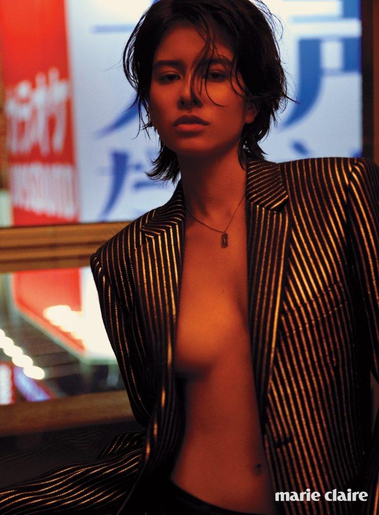 블랙과 실버의 조합이 돋보이는 스트라이프 재킷, 로고 펜던트 네크리스 모두 생 로랑 바이 안토니 바카렐로(Saint Laurent by Anthony Vaccarello).
