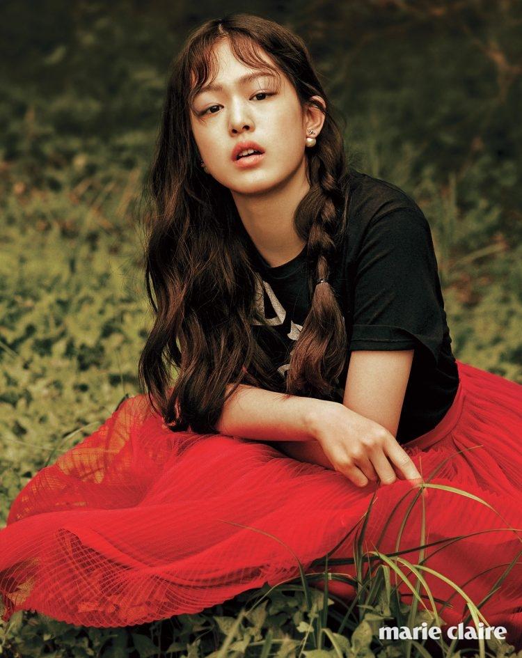 블랙로고 장식 티셔츠, 레드 플리츠스커트, 벌 모티프 진주 귀고리 모두 가격 미정 디올(Dior).