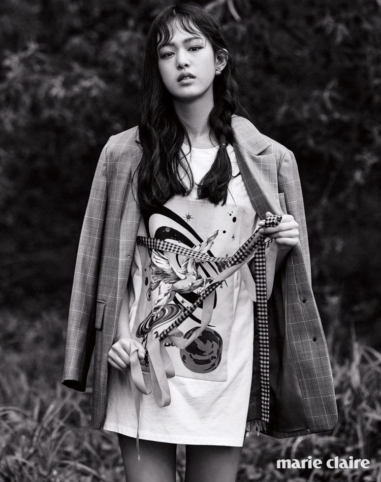 리본장식 그래픽 패턴 티셔츠 가격 미정 미우미우(Miu Miu), 브라운 체크 재킷 38만6천원 렉스 핑거 마르쉐(Lexx Finger Marche), 벌 모티프 진주 귀고리 가격 미정 디올(Dior).